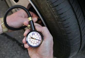 Две трети водителей нерегулярно проверяют давление в шинах
