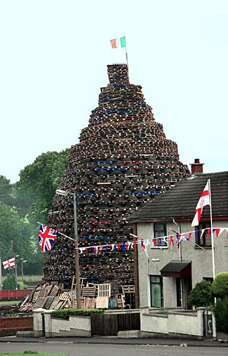 В Северной Ирландии годовщину исторической битвы отметят сжиганием шин