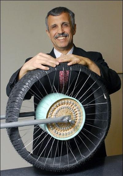 глава технологического отдела Ali Manesh и опытный образец безвоздушной шины