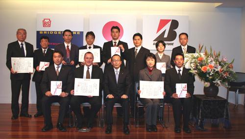 Сотрудники Bridgestone получают награду за участие в кампании по увеличению безопасности на дорогах