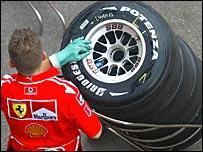 Bridgestone снабдил каждую команду Формулы 1 шинами из двух составов, среднего и мягкого
